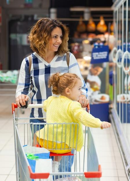 Mãe filha, shopping, para, mantimentos, em, supermercado Foto Premium