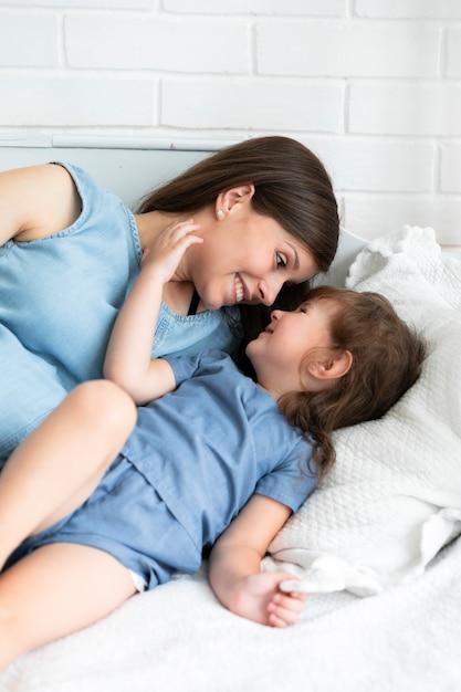 Mãe filha, sorrindo um ao outro Foto gratuita