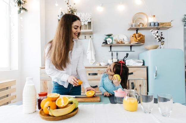 Mãe filha, tendo, pequeno almoço Foto gratuita