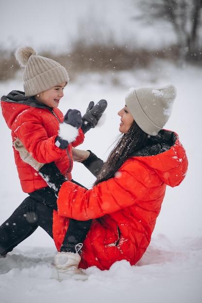 Mãe filha, tocando, em, inverno, parque Foto gratuita
