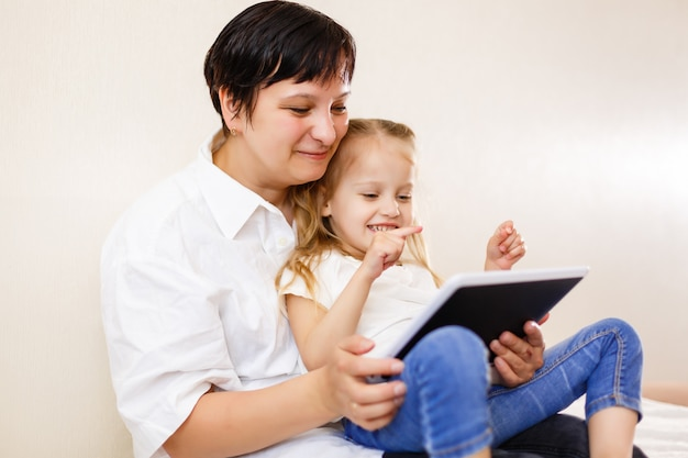 Mãe filha, usando, tabuleta mãe filha, usando, tabuleta, computador Foto Premium