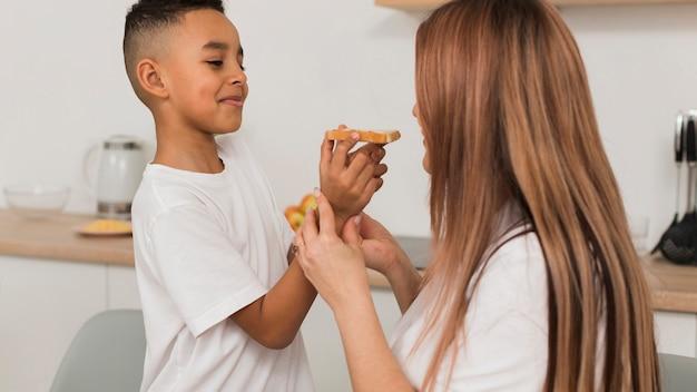 Mãe filho, comendo pizza Foto gratuita