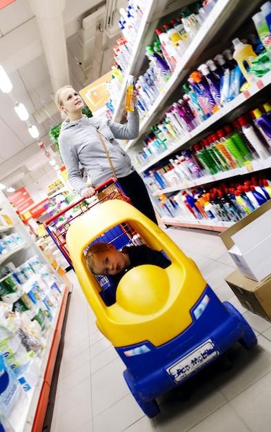 Mãe filho, shopping, em, um, supermercado Foto Premium