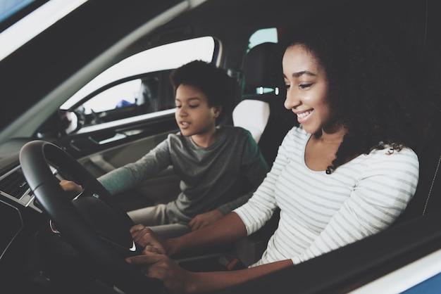 Mãe independente de pai solteiro, escolhendo o carro para comprar Foto Premium
