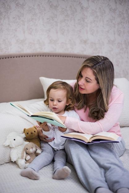 Mãe, leitura, junto, filha Foto gratuita