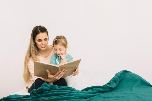 Mãe, livro leitura, para, filha, cama Foto gratuita