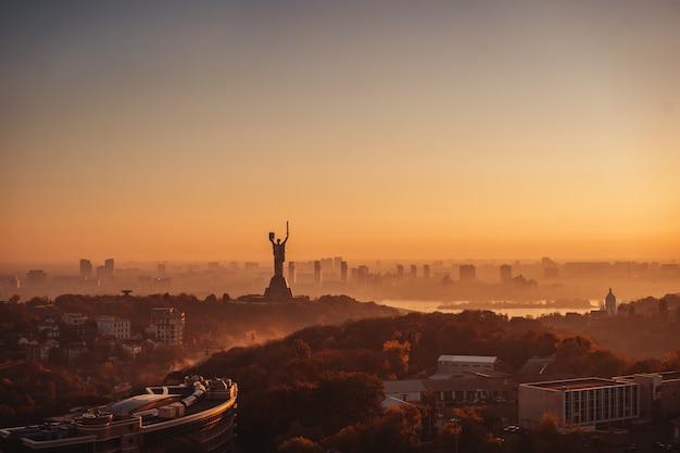 Mãe monumento pátria ao pôr do sol. em kiev, na ucrânia. Foto gratuita
