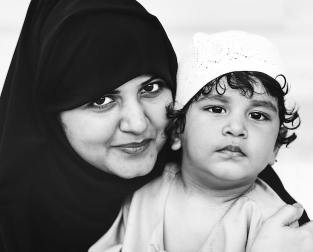 Mãe muçulmana e seu filho Foto gratuita