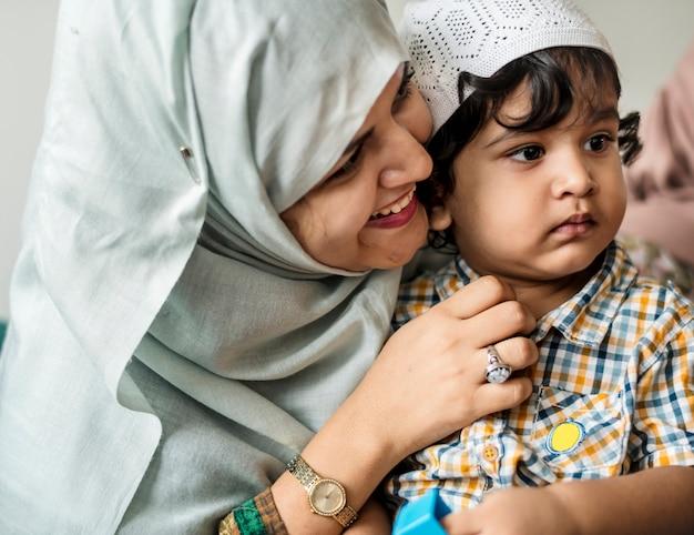 Mãe muçulmana e seu filho Foto Premium