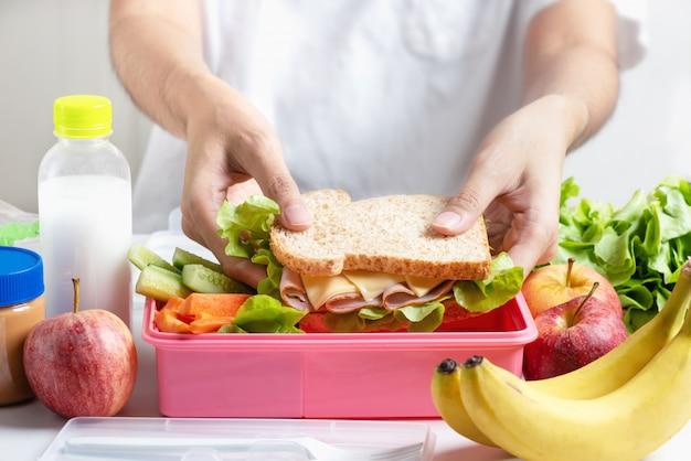 Mãe, preparar, jogo almoço escola, caixa Foto Premium