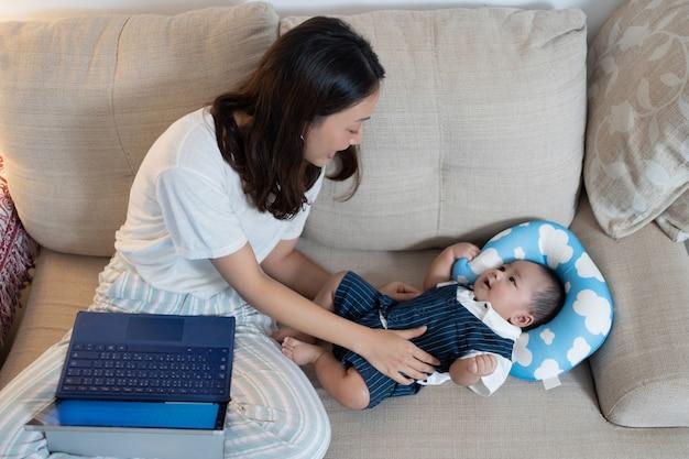 Mãe trabalhando em casa e com meu filho Foto gratuita