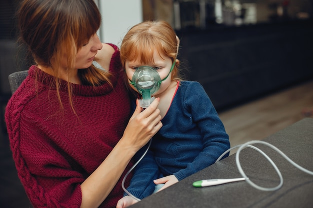 Mãe trata a filha em casa Foto gratuita