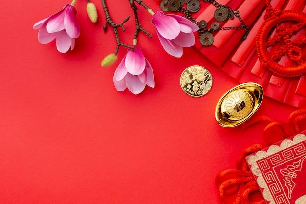 Magnólia e ano novo chinês de moeda de ouro Foto gratuita
