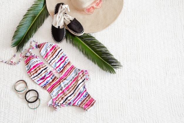 Maiô colorido verão moda feminina plana leigos. Foto gratuita