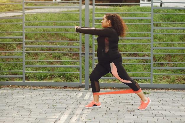 Mais do tamanho de uma mulher fazendo exercícios de alongamento Foto gratuita
