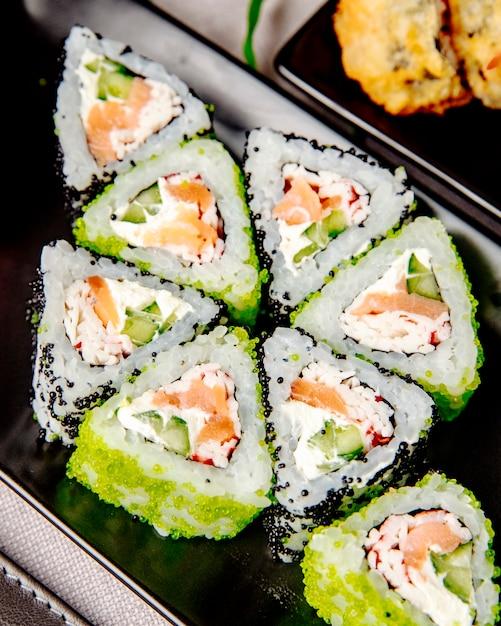Maki com pepino de salmão e queijo creme vista lateral Foto gratuita