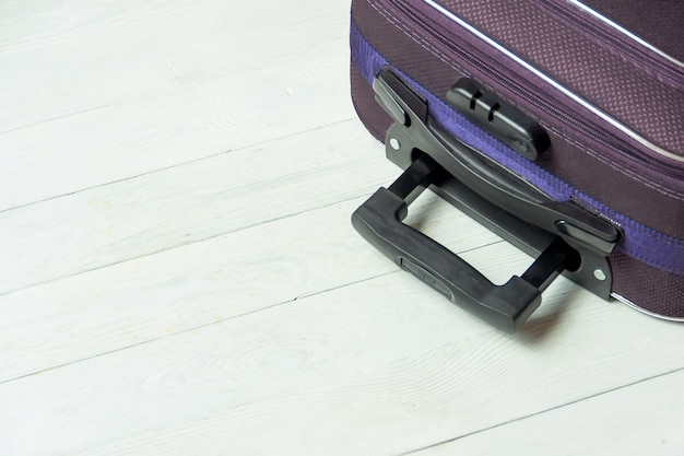 Mala aberta com acessórios de viagem na mesa de madeira branca com copyspace. Foto Premium