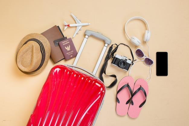 Mala com acessórios para viajantes Foto gratuita