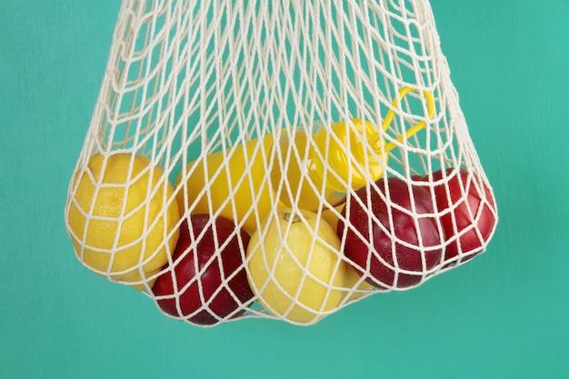 Mala de compras reutilizável com limões, frutas e garrafa de vidro. zero resíduos, conceito livre de plástico. Foto Premium
