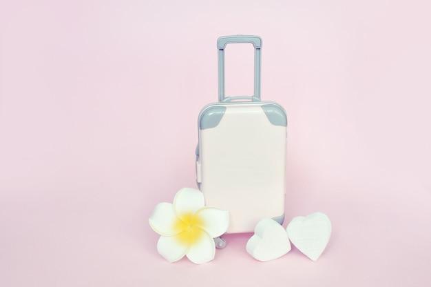 Mala elegante e flor branca, férias de verão viagem Foto Premium