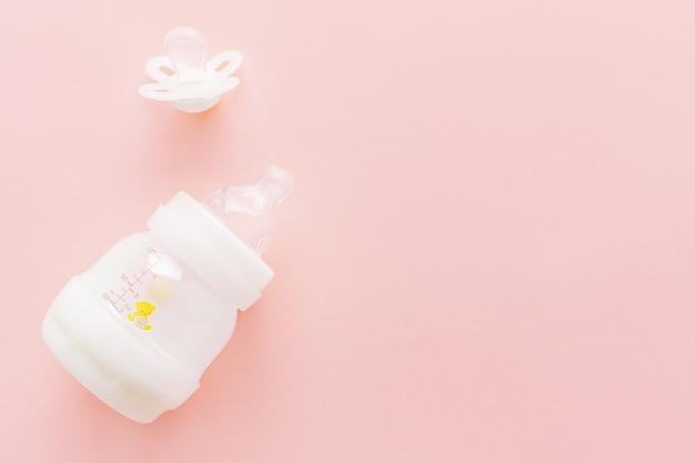 Mamadeira e mamilo em rosa Foto Premium