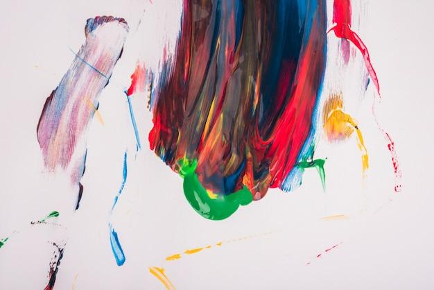 Mancha de aquarela abstrata colorida vector sobre papel branco Foto gratuita