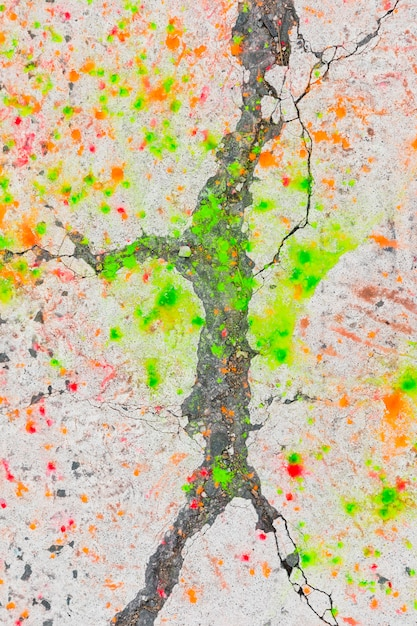 Manchas de tinta verde e laranja na estrada de asfalto Foto gratuita