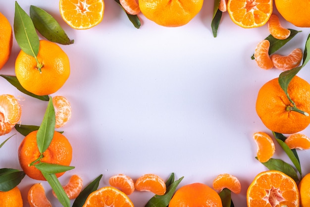 Mandarinas quadro vista superior com espaço de cópia na superfície branca Foto gratuita