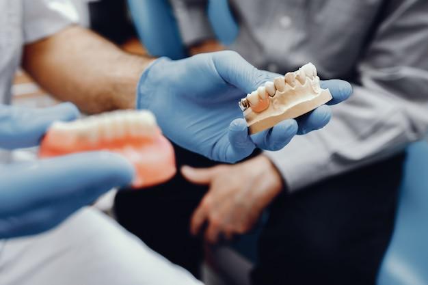 Mandíbula artificial no consultório do dentista Foto gratuita