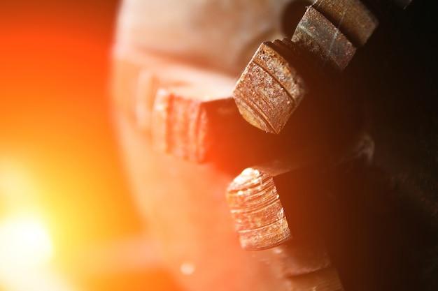 Mandril de torno velho, closeup. torno de torneamento de madeira Foto Premium
