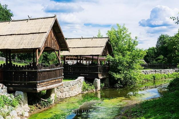 Mandris acolhedores no rio velho. paisagem bonita Foto Premium