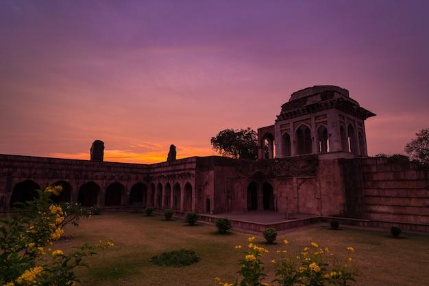 Mandu índia, as ruínas afegãs do reino do islam, o monumento da mesquita e o túmulo muçulmano. céu colorido no nascer do sol, ashrafi mahal. Foto Premium