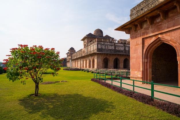 Mandu índia, as ruínas afegãs do reino do islam, o monumento da mesquita e o túmulo muçulmano. jahaz mahal. Foto Premium