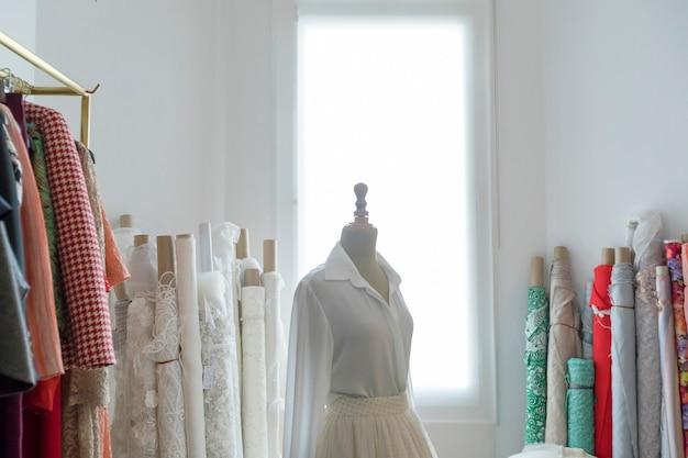 Manequim de alfaiate com vestido meio feito Foto Premium
