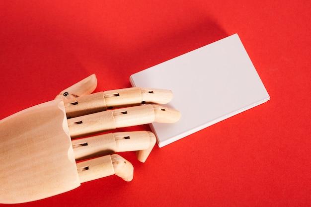 Manequim mão segurando white paper Foto gratuita