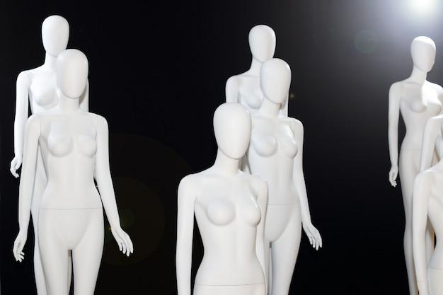 Manequim nu branco sobre fundo preto Foto Premium