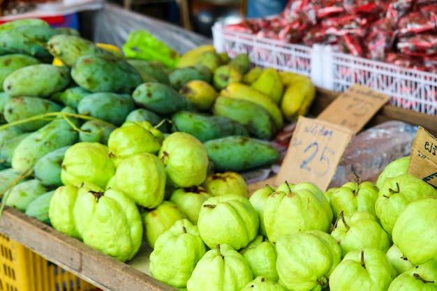 Manga verde e frutas frescas na mesa no mercado de produtos frescos Foto Premium