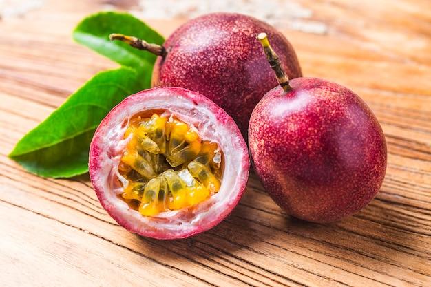 Mango com smoothie de fruta da paixão por ingredientes frescos Foto gratuita
