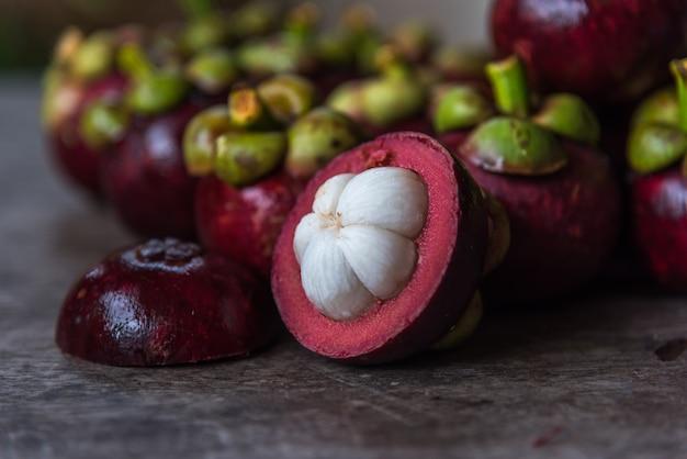 Mangostão, uma rainha de frutas no mercado de frutas Foto Premium