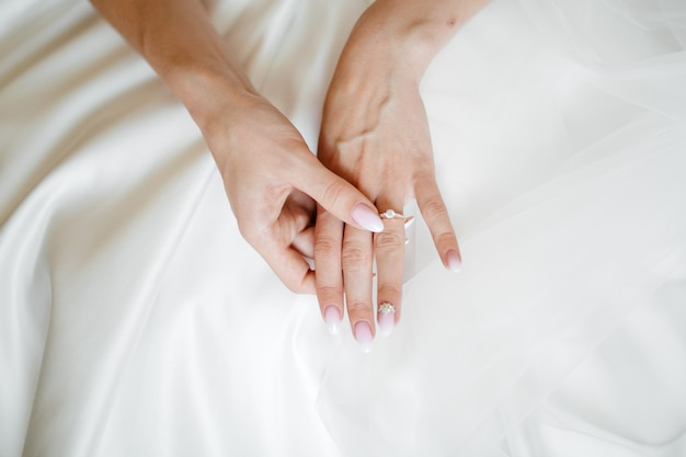 Manhã da noiva quando ela usa um lindo vestido Foto gratuita