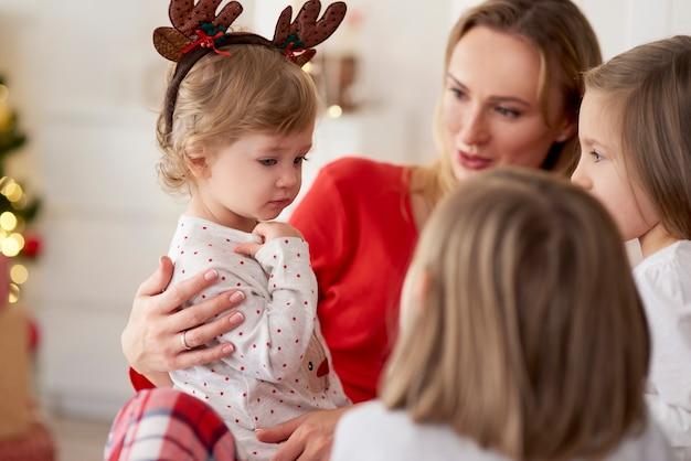Manhã de natal mãe e filhas em casa Foto gratuita