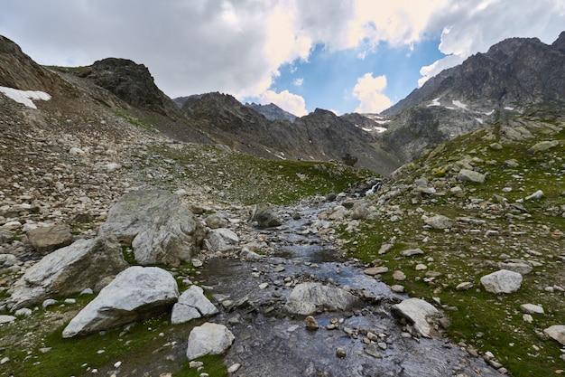 Manhã nas montanhas, uma fabulosa paisagem das montanhas do cáucaso. escalada Foto Premium