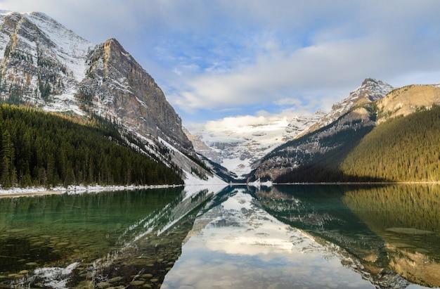 Manhã, vista, de, lago louise, com, montanha rochosa, reflexão, em, a, parque nacional banff, alberta, canadá Foto Premium