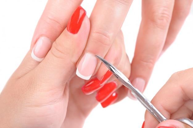 Manicure aplicando - cortando a cutícula Foto Premium