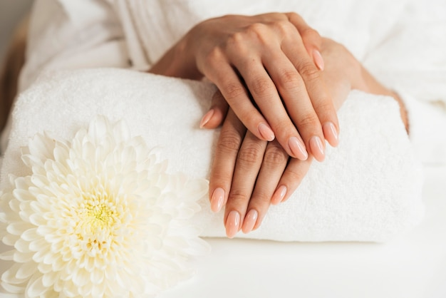 Manicure bonita e saudável com flores Foto gratuita
