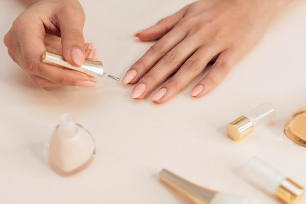 Manicure e esmalte saudável e bonita Foto gratuita
