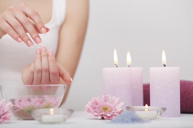 Manicure e mãos spa, mulher bonita mãos closeup Foto Premium