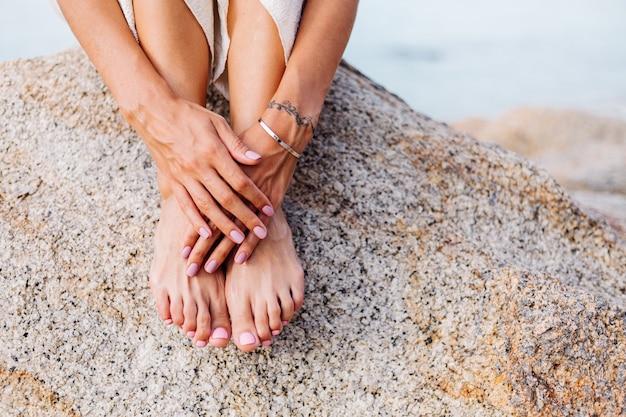 Manicure e pedicure de mulher bonita Foto gratuita