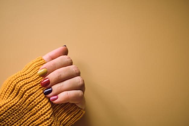 Manicure em cores de outono Foto Premium