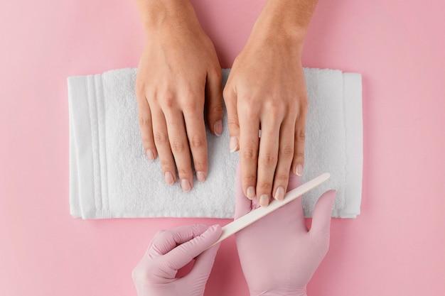 Manicure lixando as unhas Foto gratuita